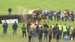 Jockey rutscht vom Pferd – und ist trotzdem nicht zu schlagen