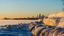 Das Ufer des Sees in Chicago ist zugefroren