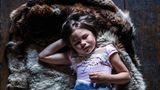 Kuschelig warm: Die fünfjährige Irina hat es sich gemütlich gemacht in einem Fellparka. Der würde sie auch draußen zuverlässig schützen vor Kälte und Wind.