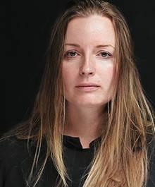 Die 35-jährige Fotografin Elena Anosova, geboren im sibirischen Irkutsk, studierte Fotografie in Moskau. Für ihre Arbeiten wurde sie national und international vielfach ausgezeichnet
