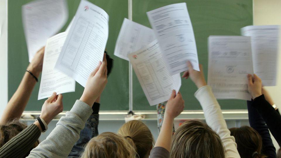 Schulnoten im Zeugnis: In Hessen dürfen viele Schulen in Zukunft darauf verzichten, Schüler zu benoten (Symbolbild)