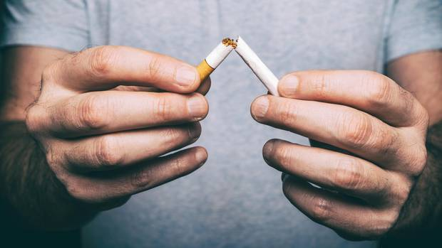 Entwöhnungsmittel für Raucher: Ein Mann zerbricht eine Zigarette