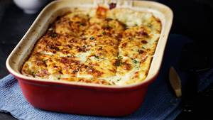 Sie machen die weiße Sauce der Lasagne mit Käse, Ricotta und Ei? Klingt zwar lecker, entspricht aber nicht dem Original. Dafür müssen Sie eine Bechamel-Sauce anrühren. Die wird aus Mehl, Butter, Milch und einer Prise Muskat gemacht. Wie Sie gelingt, lesen Sie hier!