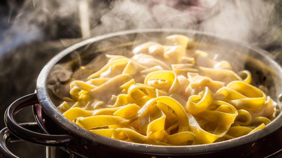 Sie schütten die Nudeln zu spät ab.Wie es die Italiener matraartig wiederholen: Pasta mussal dentesein. Also mit Biss. Nicht zerkocht wie es die Deutschen mögen. Welche Fehler noch typisch beim Nudelkochen sind und wie Sie sie vermeiden, lesen Sie hier!