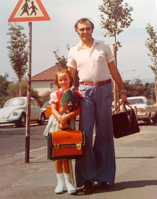 Erster Schultag: stern-Redakteurin Catrin Bartenbach mit ihrem Vater in Wiesbaden