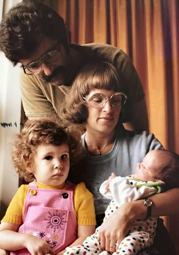 Die stern-Redaktion öffnet ihre Familienalben aus den Siebzigern. Hier: Auslandsressort-Leiterin Cornelia Fuchs (in Gelb-Rosa) mit Eltern und Bruder.