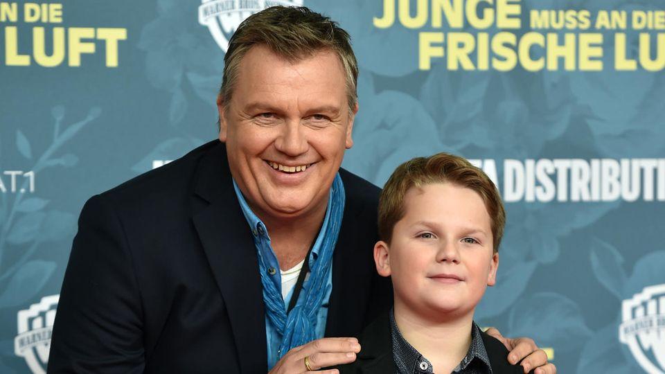 """Hape Kerkeling (l.) und Schauspieler Julius Weckauf bei der Premiere des Filmes """"Der Junge muss an die frische Luft"""""""