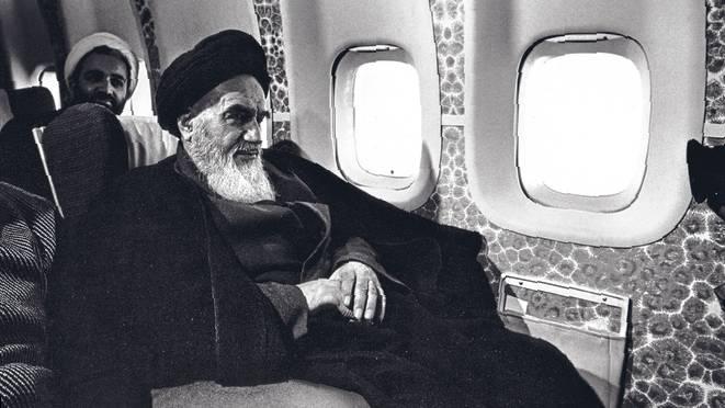 AyatollaKhomeini im Flugzeug auf dem Weg von Paris nach Teheran 1979