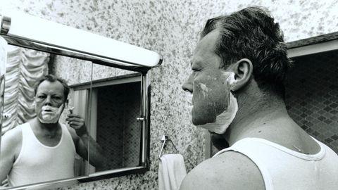 Willy Brandt 1969 während einer Wahlkampfreise vor dem Spiegel stehend und sich rasierend