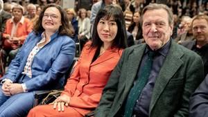 Gerhard Schröder (mit seiner So-yeon basht Andrea Nahles