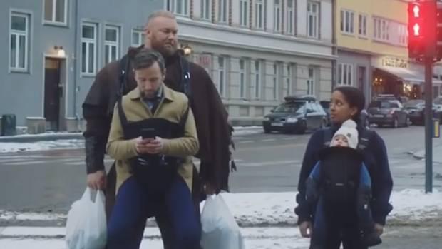 Der stärkste Mann der Welt trägt Leute herum wie Babys