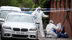 Die Polizei wertete den Tatort des Mordes an John Kinsella aus