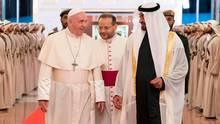 Vereinigte Arabische Emirate, Abu Dhabi: Scheich Mohammed bin Said Al Nahjan (r.)empfängt Papst Franziskus am Flughafen