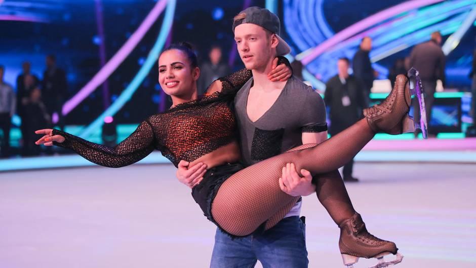 """Timur Bartels mit seiner Eislauf-Partnerin bei """"Dancing on Ice"""""""