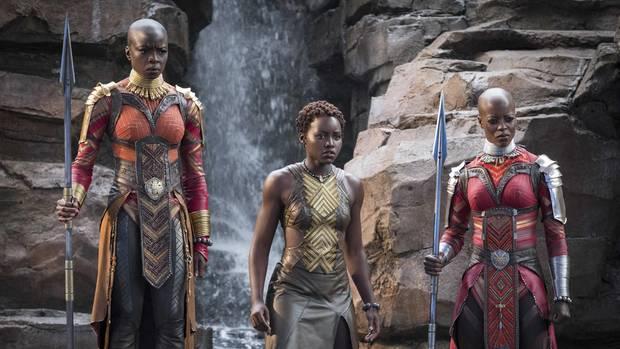 """Florence Kasumba (r.) als Kriegerin Ayo im Marvel-Film """"Black Panther"""""""