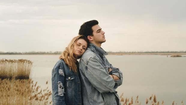 Mann und Frau stehen am See