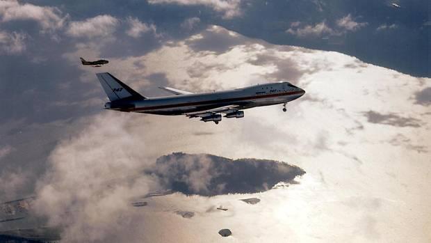 Das historische Datum: Am 9. Februar 1969 hob die Boeing 747 zum ersten Mal in die Lüfte. Im Bild fliegt das Baumuster 001 über der Küste desBundesstaates Washington mit ausgefahrenem Fahrwerk.