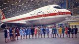 Gruppenbild mit Flugbegleitern 1968: Die Damen repräsentieren vor dem ersten gebauten Exemplardie Airlines, die bis dahin den Jumbojet bestellt hatten