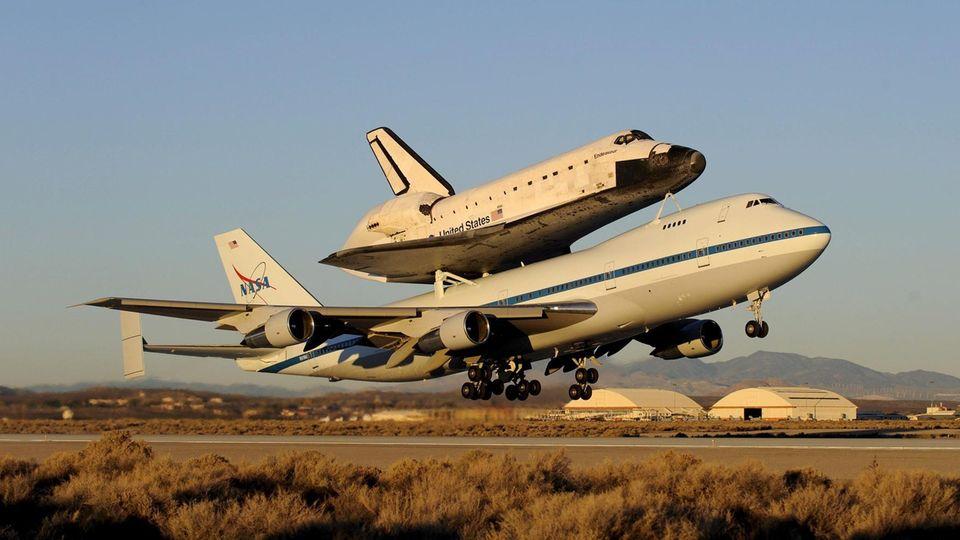Space Shuttle im Huckepack:Zwei Jumbos im Dienst der Nasa waren für den Transport der Raumgleiter umgebaut worden