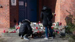 Trauernde vor der Hausotter-Grundschule in Berlin-Reinickendorf: Gibt es dort ein Mobbing-Problem?