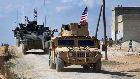 Syrien, Manbij: US-Truppen mit gepanzerten Fahrzeugen gehen in Stellung in den Außenbezirken.