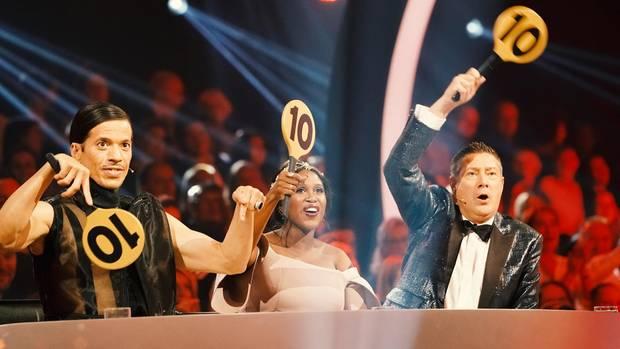 Die Juroren Jorge Gonzalez, Motsi Mabuse und Joachim Llambi halten Punkteschilder mit der 10 nach oben