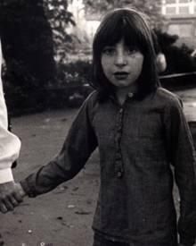 Hanna Freylebte als Kind mit fünf älteren Geschwistern in einer Familie, in der Verwahrlosung, Gewalt und Alkoholprobleme an der Tagesordnung waren. Erst mit sechs Jahren holte das Jugendamt sie aus der Familie und brachte sie in ein Kinderheim.