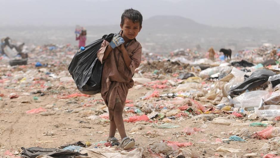 Müllsammeln zum Überleben: Ein jemenitisches Kind auf einer Deponie am Stadtrand von Sanaa