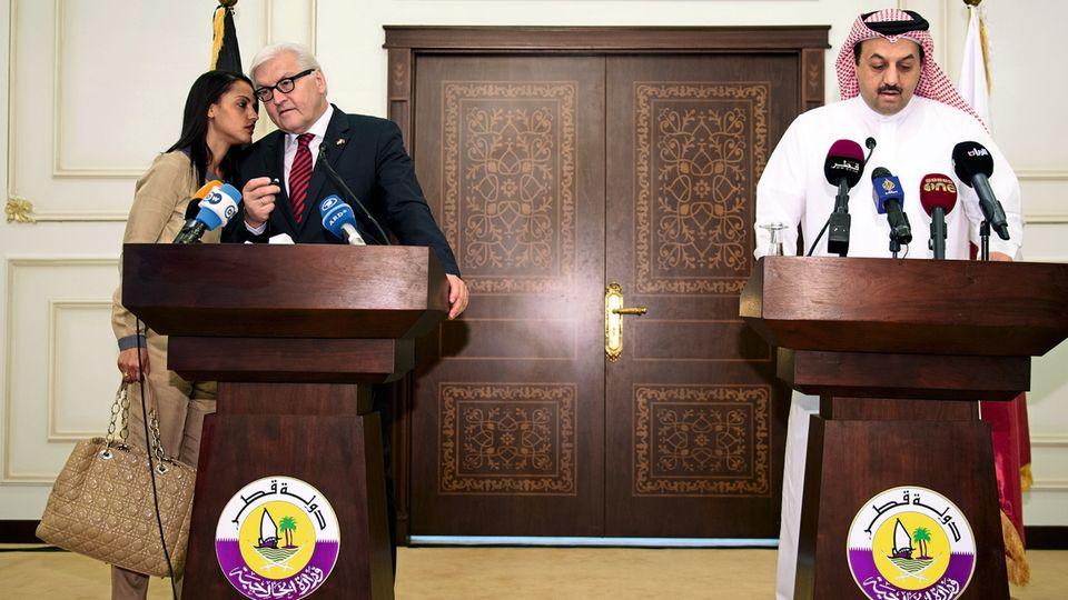In weiter Ferne so nah: Chebli 2014 bei einem Besuch des damaligen Außenministers Steinmeier in Doha, sie war seine Stellvertretende Sprecherin