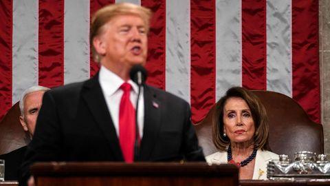 Donald Trump bei seiner Rede zur Lage der Nation. Hinter ihm sitzt Nancy Pelosi