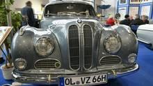 BMW 501 – der sportlich bequeme Reisewagen, mit Sechszylinder-Viertakt-Reihenmotor, 2,1 Liter, Baujahr 1957, hat 72 PS und geräuschloses Viergang-Getriebe- Die Höchstgeschwindigkeit beträgt 143 Km/h.