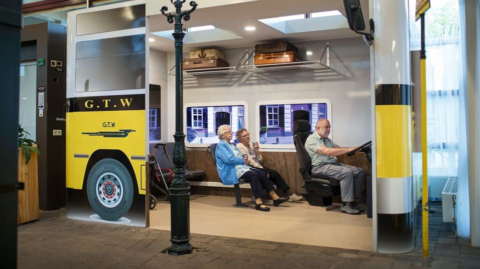 """Die Busattrappe sorgt im Eingangsbereich des Pflegeheims """"Den Ooiman""""in Doetinchem für Abwechslung"""