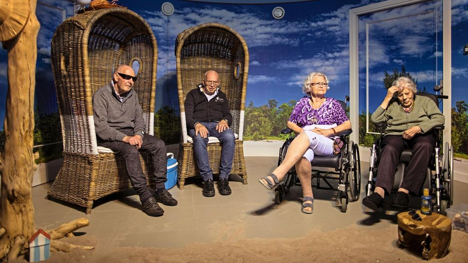 Riet van Driel (r.) glaubt manchmal, sie sei eine Pflegerin und begleite die alten Menschen ans Meer
