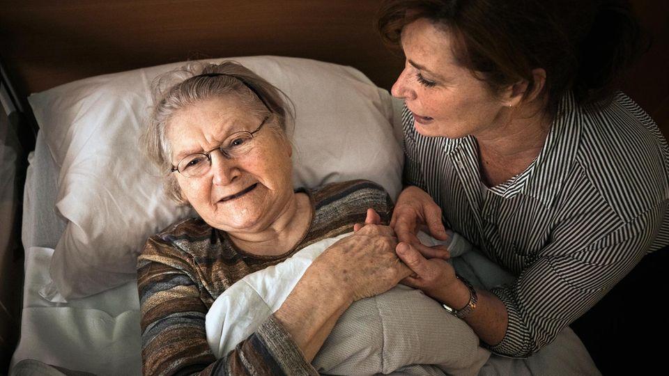Die Pflegerin von Willy Briggen, Helga Mathijssen-Maas, ist gut ausgebildet. Emotionale Zuwendung hat Priorität in ihrer Arbeit.