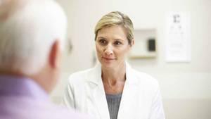 Ein Patient im Gespräch mit seiner Ärztin