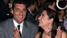 Die Schauspielerin sieht verliebt zu dem Fußball-Manager auf