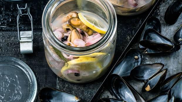 Aufgelöstes Muschelfleisch wird in Einmachgläser gefüllt und dort für 24 Stunden mariniert