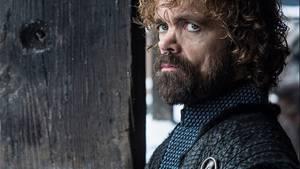 Tyrion Lannister dürfte die Enthüllungrecht sein. Der intrigante Zwerg hatte sich lange gegen seine Schwester Cersei gestellt und Daenerys Griff nach dem Thron unterstützt. Für die Mutter der Drachen scheinter Gefühle zu hegen. Nun hat er sie mit Jon zusammen gebracht. Vermutlich, ohne damit deren Affäre anfeuern zu wollen. Das könnte Folgen haben: Als man Tyriondas letzte Mal seine Liebe nahm, tötete er seinen eigenen Vater. Ist der grimmige Blick im Bild ein Omen?