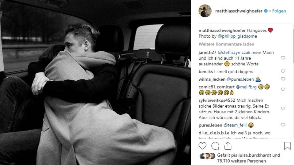 Matthias Schweighöfer eng umschlungen mit einer Frau im Auto