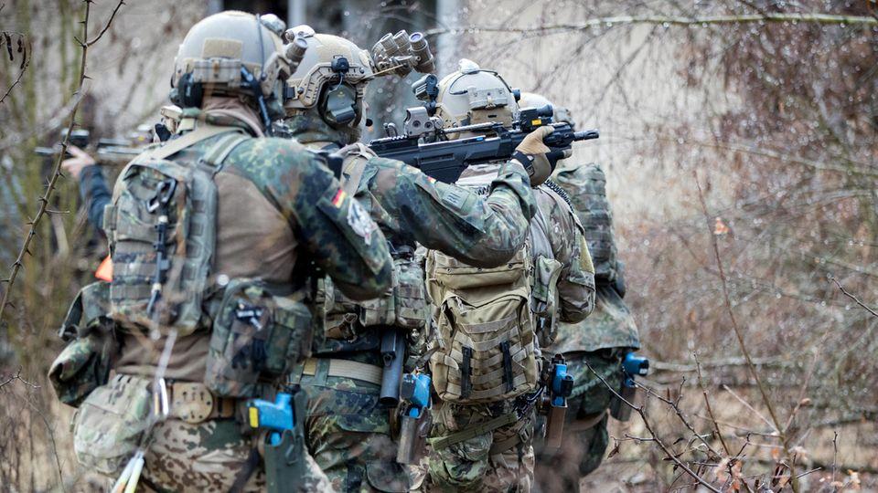 Bundeswehrsoldaten der Eliteeinheit Kommando Spezialkräfte (KSK) trainieren (Symbolbild)
