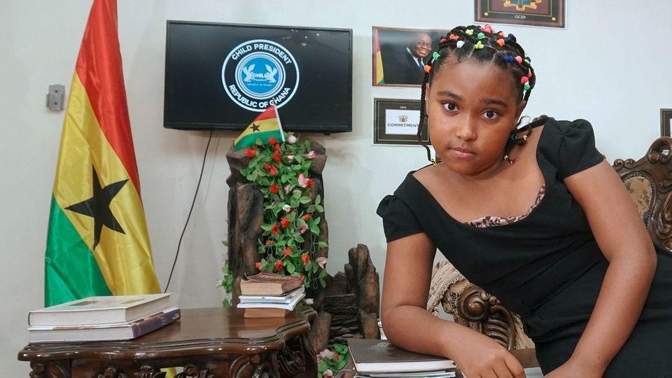 """Graciela Gorez, 11, Ghana  """"Ich nenne mich 'Childpresident', Kinderpräsidentin, weil ich glaube, dass wir Kinder für die erwachsenen Politiker überhaupt keine Rolle spielen. Ich kämpfe vor allem gegen Korruption. Das ist bei uns in Ghana wie in einigen anderen Ländern in Afrika ein sehr großes Problem. Jeden Montag nehme ich eine Sendung auf, die auf Facebook und Youtube gesendet wird. Eine Organisation, die gegen Korruption kämpft, hilft mir dabei. Darin spreche ich zum Beispiel Politiker an, die mehr an sich als an unser Land denken. Mittlerweile berichten sogar schon Zeitungen über meine Sendungen. Selbst will ich aber keine Politikerin werden. Ich träume davon, als Pilotin zu arbeiten, davon gibt es bei uns in Ghana nicht so viele. Aber mich einmischen will ich natürlich auch dann noch."""""""