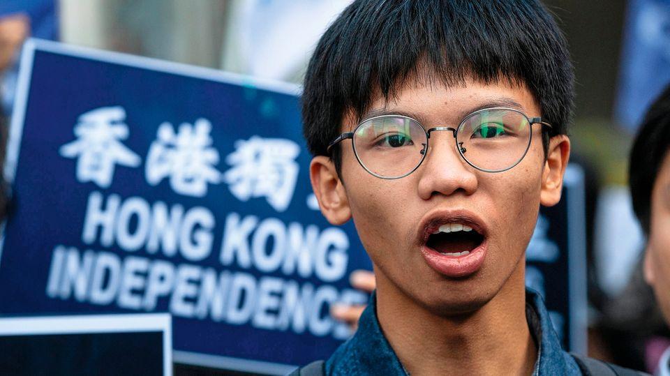 """TonyChung, 17, Hongkong  Du kämpfst mit anderen Jugendlichen für ein unabhängiges Hongkong. Warum?  Weil Hongkong sonst nicht Hongkong bleiben kann. Die Sprache, die Politik, das Geld aus China sickern durch jede Ritze zu uns hinein. Die einzige Lösung ist Unabhängigkeit.  Eure Proteste sind nicht ungefährlich. Kannst du noch nach China fahren?  Natürlich nicht! Darum war ich ja auch schon seit Jahren nicht mehr dort. Im Herbst waren die Eltern von zweien aus unserer Gruppe in China – und wurden gleich verhaftet. Als Warnung. Sie sollten ihre Kinder dazu bringen, endlich mit dem """"Quatsch"""" aufzuhören.  Steht ihr auch in Hongkong unter Druck?  Vor ein paar Wochen bin ich niedergeschlagen worden. Ich war gerade aus dem Haus, da merkte ich, dass mich zwei Typen verfolgten. Ich habe mich umgedreht und – rumms. Die sind dann weggelaufen, die Polizei konnte die natürlich nicht mehr finden. Ich bin mir ziemlich sicher, dass die bezahlt waren.  Machen sich deine Eltern Sorgen um dich?  Meine Eltern interessieren sich nicht für Politik. Was ich politisch mache, ist ihnen egal, solange ich gut in der Schule bin.  Wie kamst du eigentlich dazu, dich zu engagieren?  Ich habe 2016 bei den Wahlen in Hongkong einen Kandidaten unterstützt, der sich für Autonomie einsetzt. Den fand ich ziemlich toll. Und dann waren wir alle natürlich inspiriert von der Regenschirm-Revolution …  … als 2014 Demonstranten wochenlang die Innenstadt besetzten, um freie Wahlen zu erzwingen …  … ja, genau. Der Anführer Joshua Wong war damals auch erst 18. Da dachten wir, wenn Joshua das kann, warum eigentlich nicht wir?"""