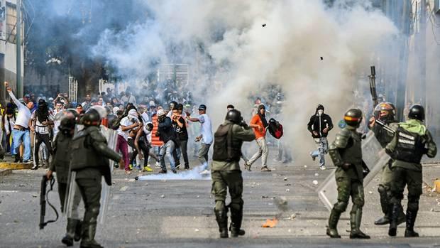 Bisher standen die Sicherheitskräfte auf der Seite Maduros – und gingen gegen die Demonstranten vor, wie hier am Mittwoch vergangener Woche in Caracas
