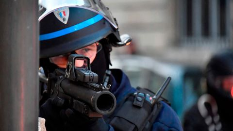 Polizist mit dem Gummigeschosswerfer in Bordeaux.