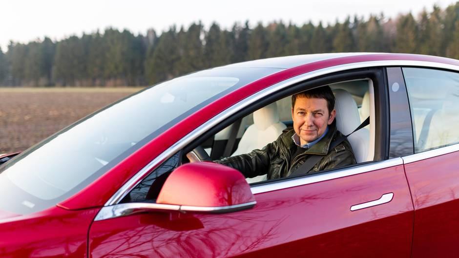 Deutschland-Premiere:stern-Redakteur Frank Janssen an Bord des Tesla 3.