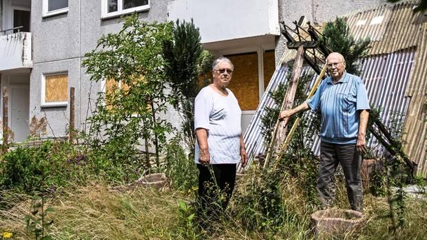Das Rentnerpaar Heidrun und Lothar Kruse in ihrem früheren Garten: Eigentlich wollten sie hier ihren Lebensabend verbringen