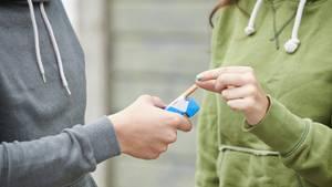 Ein Jugendlicher raucht