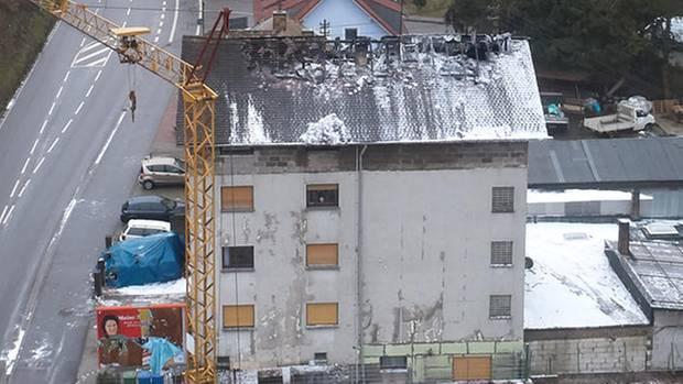 Die Luftaufnahme zeigt das Haus in Lambrecht mit seinem ausgebrannten Dachstuhl
