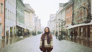 Frau steht auf Straße