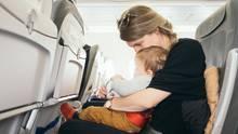 Mutter mit Baby im Flugzeug
